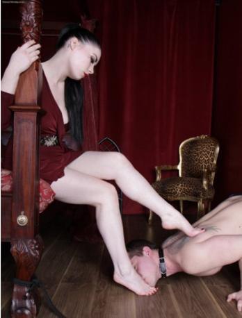 Image d'un homme nu embrassant les pieds d'une femme