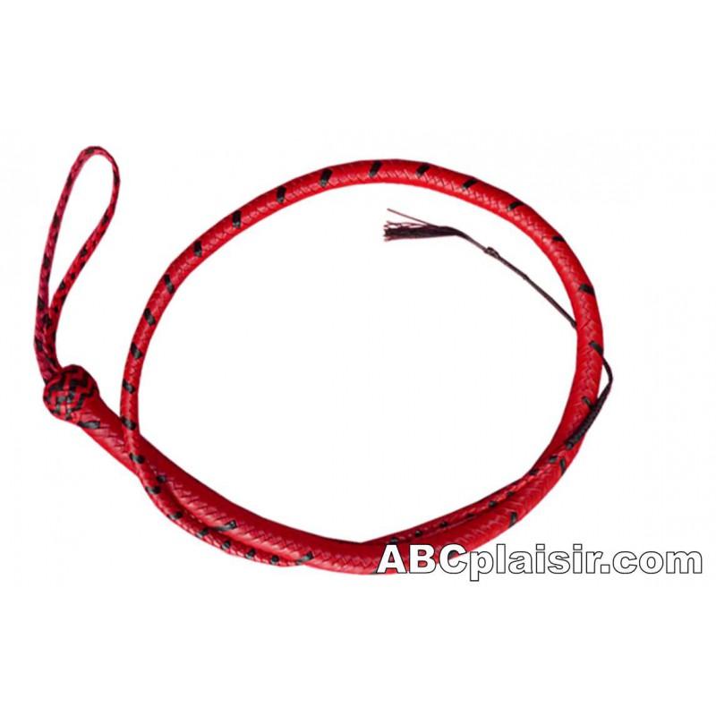 Image d'un fouet noir et rouge enroulé sur lui-même